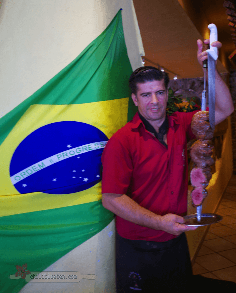 Kellner mit Picanha-Spieß
