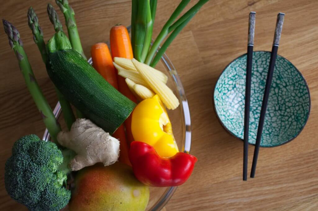 Das Gemüse für den süßscharfen Gemüsewok in einer Schüssel