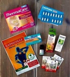 Flatlay der medizinischen Helferlein auf Reisen bei Laktoseintoleranz