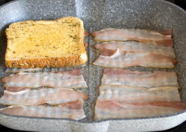 Croque Monsieur Zubereitungsschritt 1 in der Pfanne