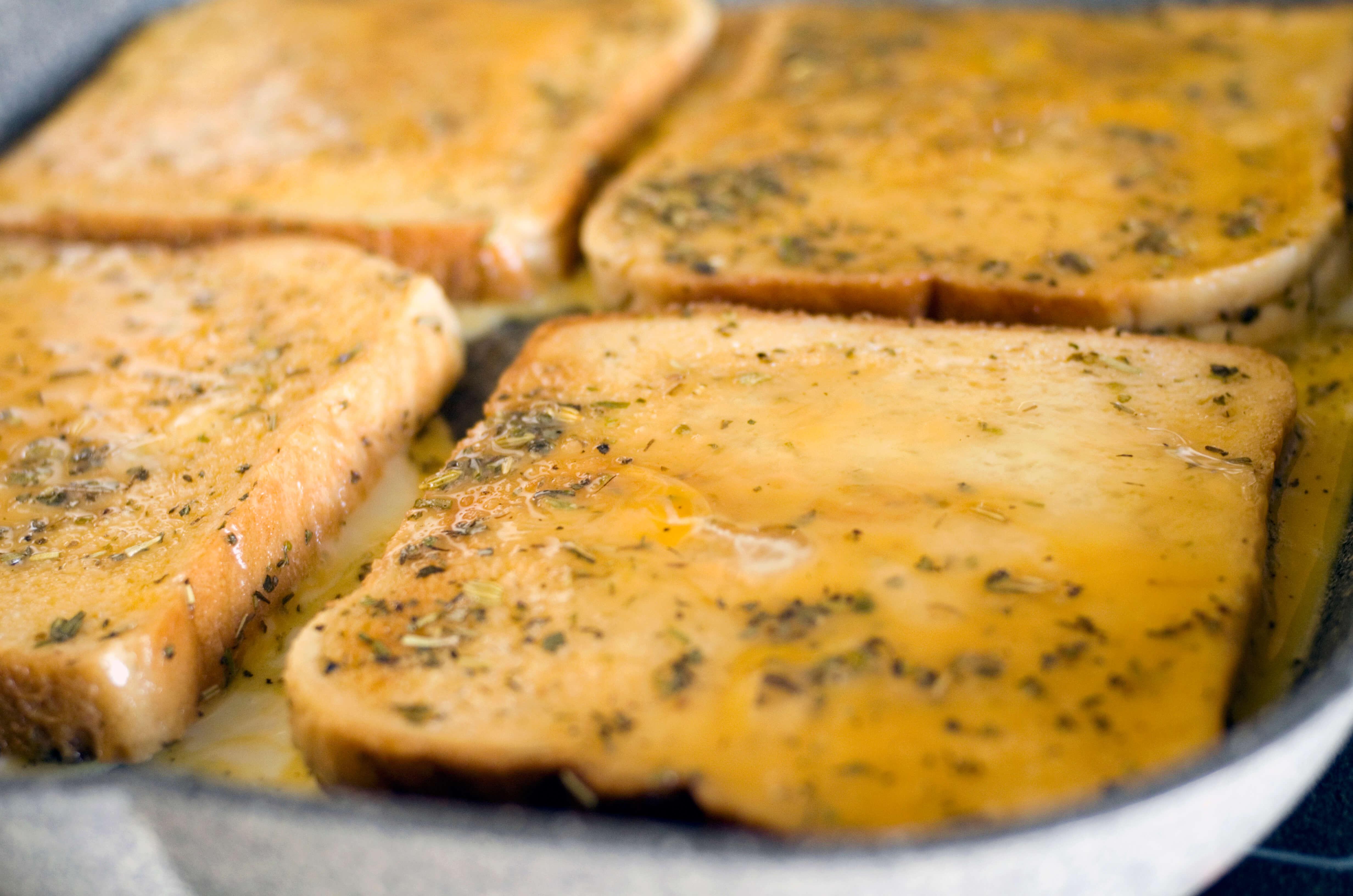 Croque Monsieur Zubereitungsschritt 2 Nahaufnahme Toast in Pfanne