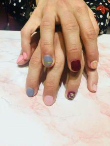 Meine frisch lackierten Nägel. Es ist das erste Mal, dass ich UV Nagellack ausprobiert habe.