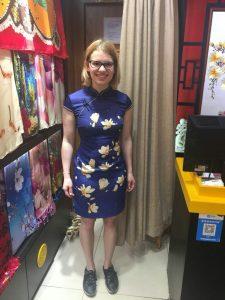 Dieses Kleid in einer Größe größer habe ich jetzt in meinem Gepäck dabei. In China brauche ich Größe ich Größe L...