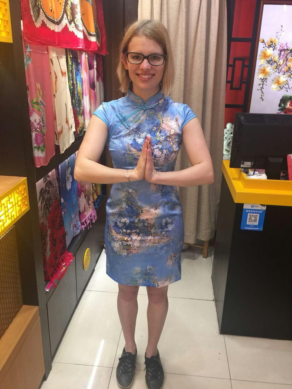 Das ist in China das Zeichen für Danke mit einer leichten Verbeugung.