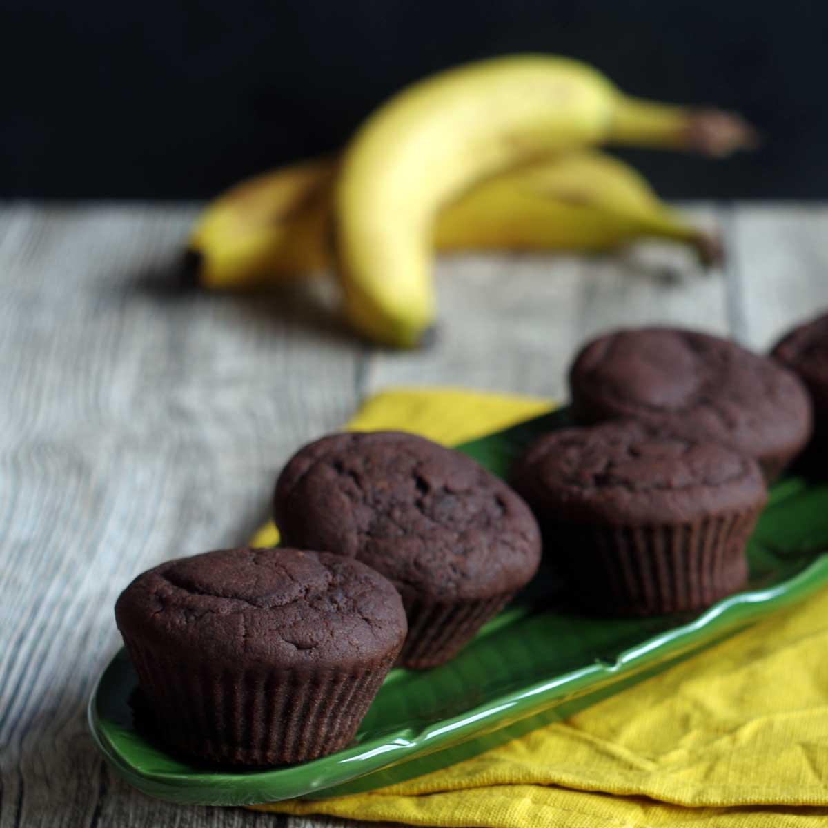 Reife Bananen werden zu Bananen-Schoko-Muffins. #laktosefrei #Resteverwertung #besteReste #Rezept   chilibluetendotcom