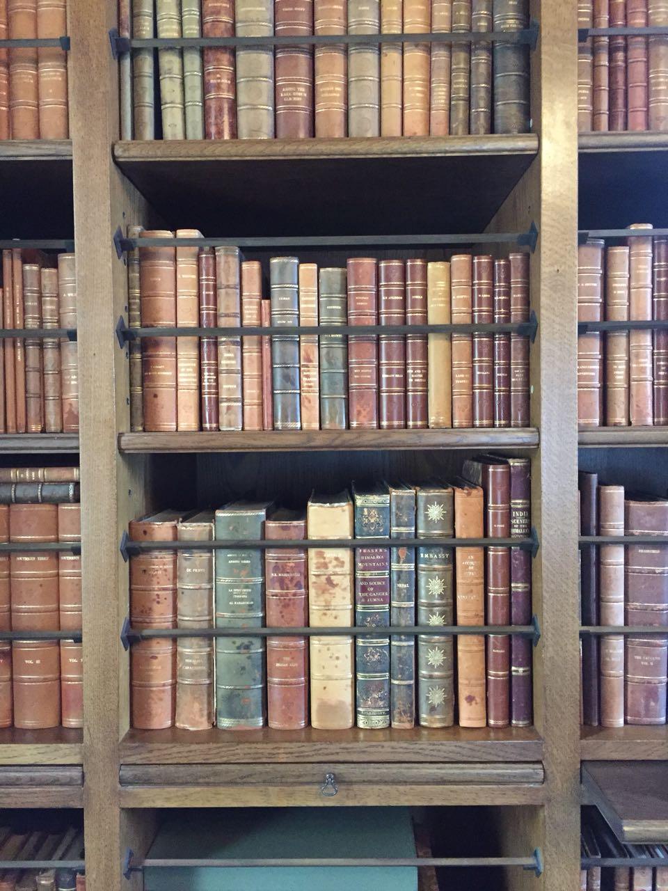 Bücherregal in der Villa Balbianello #LagodiComo | chilibluetendotcom